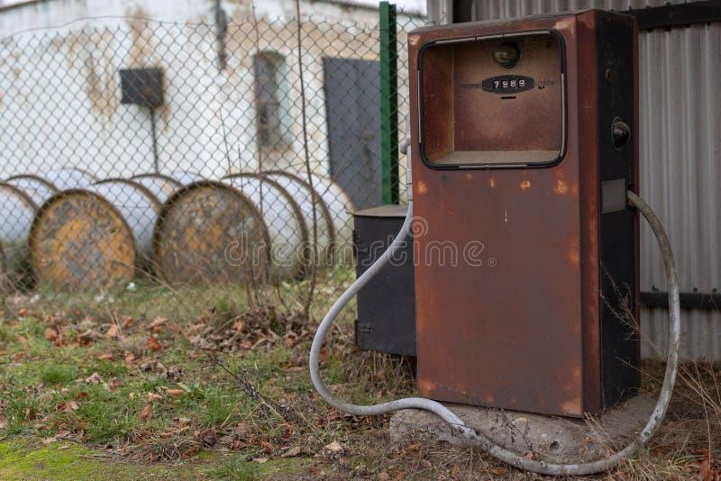 Een oude verdeler van de autobrandstof Verlaten benzinestation in het platteland stock foto