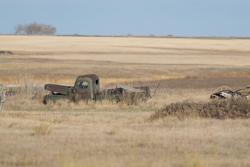 Een oude verlaten landbouwbedrijfvrachtwagen op een Gebied Noord- van Dakota stock afbeelding