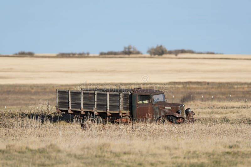 Een oude verlaten landbouwbedrijfvrachtwagen op een Gebied Noord- van Dakota royalty-vrije stock foto