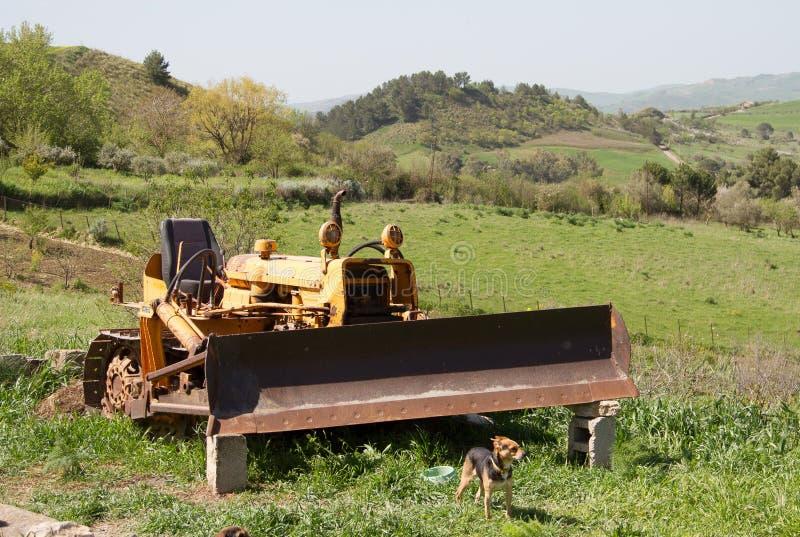 Een oude verlaten tractor stock foto's