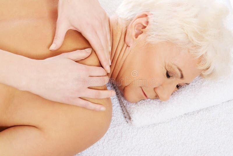 Een oude vrouw heeft een massage. Kuuroordconcept. royalty-vrije stock afbeeldingen
