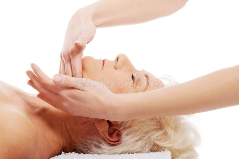 Een oude vrouw heeft een massage. Kuuroordconcept. royalty-vrije stock foto's