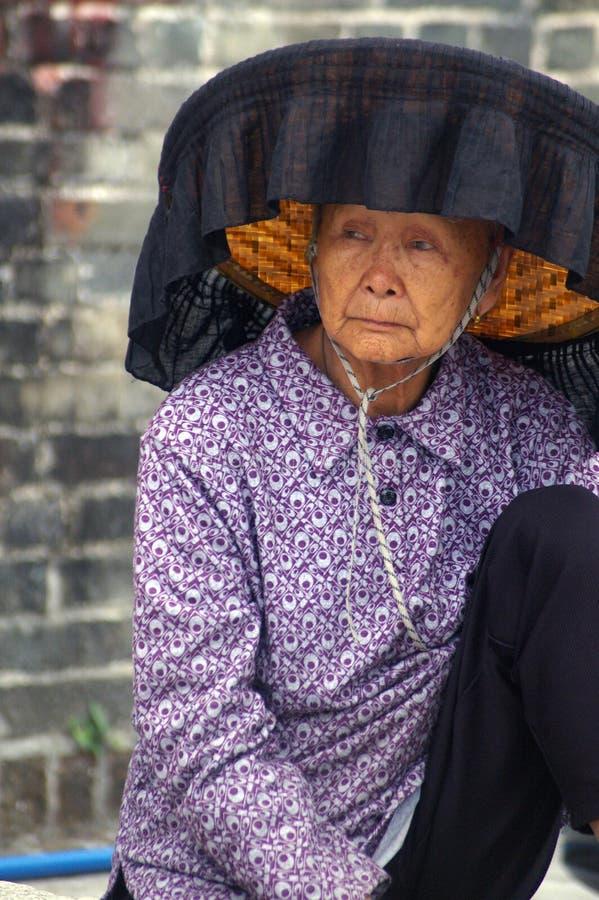 Een oude vrouw van Hakka in Kat Hing Wai van Hong Kong royalty-vrije stock foto