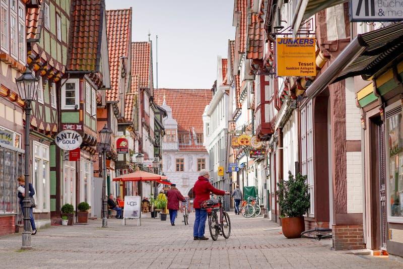 Een oude vrouwentribune op de straat van Celle-stad, Duitsland royalty-vrije stock fotografie