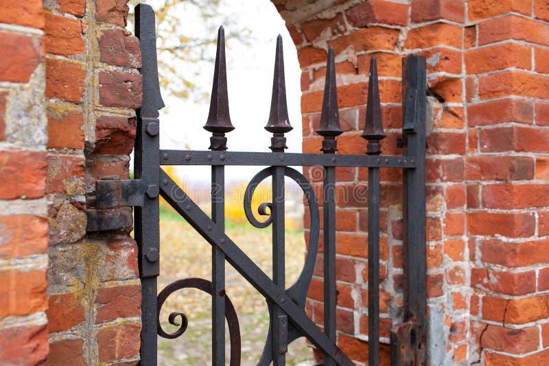 Een oude wicketdeur die van gesmeed metaal met patronen wordt gemaakt Ingang aan de Rukavishnikov-manor in het dorp van Podviazye royalty-vrije stock afbeelding