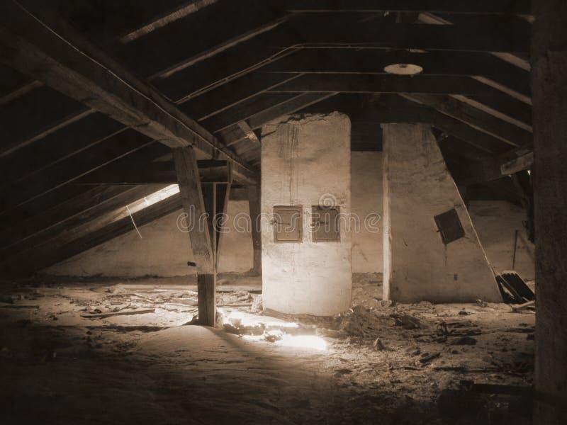 Een oude zolder onder een dak stock foto's