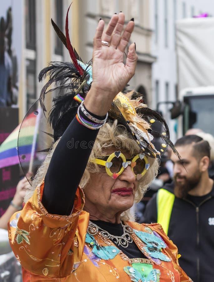 2019: Een oudere vrouw in een ornagekostuum die die de Gay Pride-parade bijwonen ook als Christopher Street Day-CDD in München wo royalty-vrije stock foto's