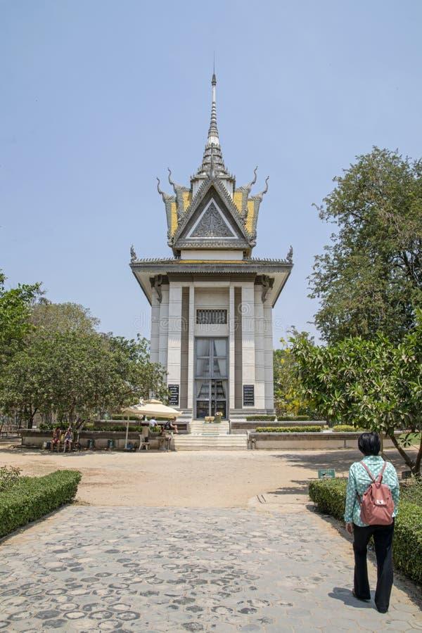 Een overlevende van de Khmer Rouge-campagne bezoekt het gedenkteken bij wat nu genoemd geworden dodende gebieden is Verscheidene  royalty-vrije stock foto