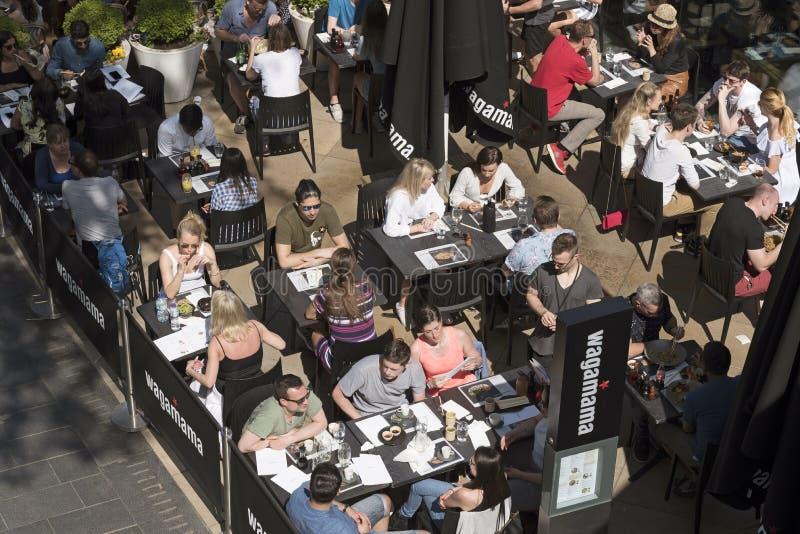 Een overzicht van klanten in een restaurant stock foto's