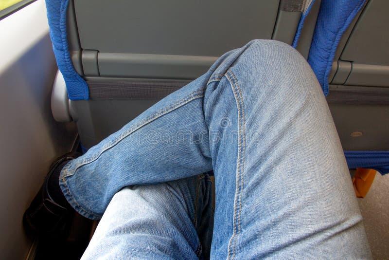 Een paar benen gekleed in jeansreizen door trein stock afbeelding