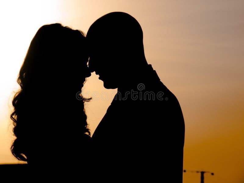 Een paar bij zonsondergang royalty-vrije stock afbeeldingen