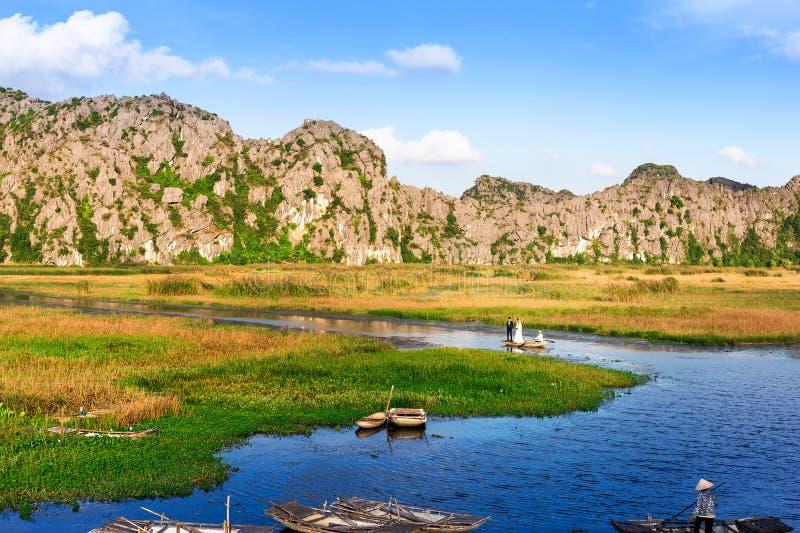 Een paar die genomen foto op een lagune zijn stock afbeelding