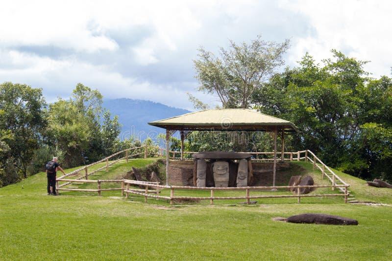 Een paar die het park van San Agustin Archeological, Huilla, Colombia bezoeken Unesco-Werelderfenis royalty-vrije stock fotografie