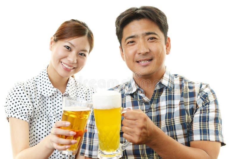 Een paar die met bier glimlachen royalty-vrije stock fotografie