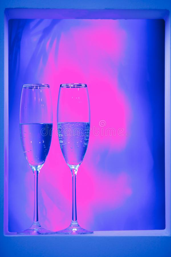 Een paar glazen champagne in het binnenland Het concept van de vakantie stock fotografie