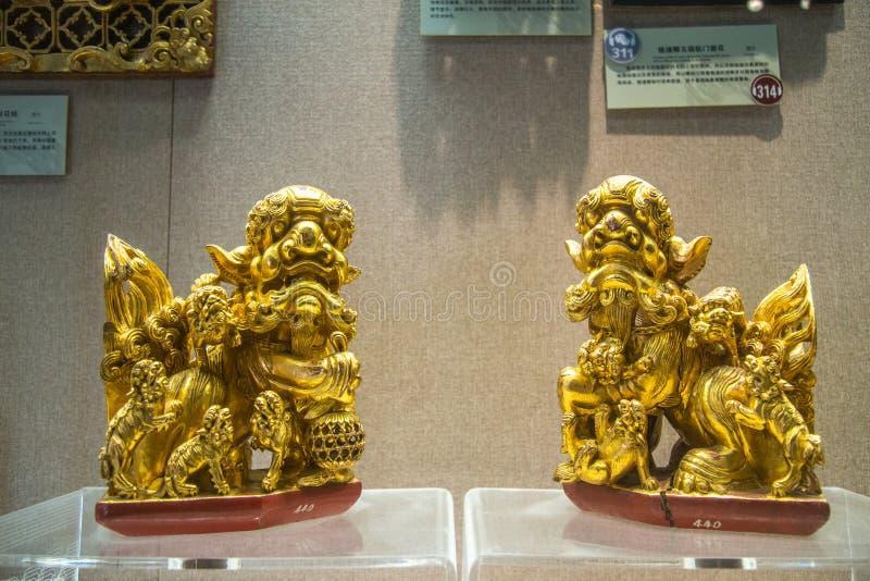 Een paar gouden houtsnijwerken binnen de leeuw van het provinciale museum van Guangdong ä ½ royalty-vrije stock fotografie