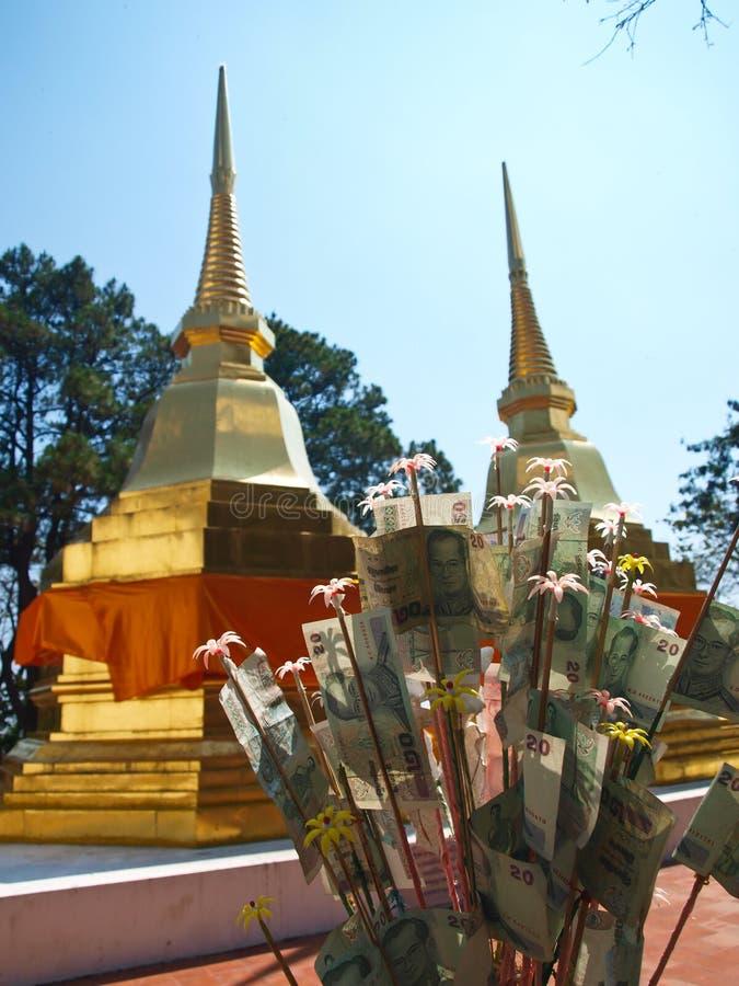 Download Een Paar Gouden Pagoden In Phra Die De Tempel Van Doi Tungboom Stock Foto - Afbeelding bestaande uit heilig, gouden: 29503442