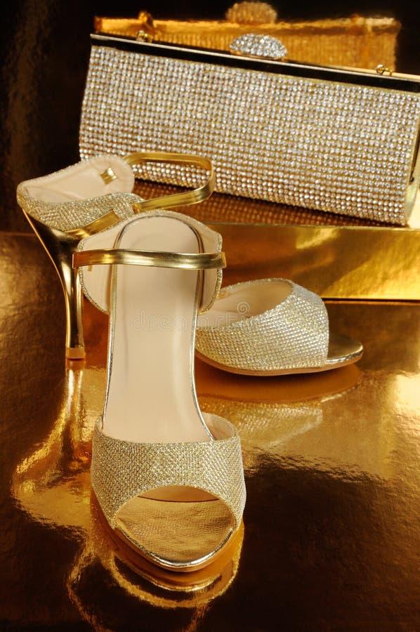 Een paar gouden schoenen royalty-vrije stock afbeeldingen