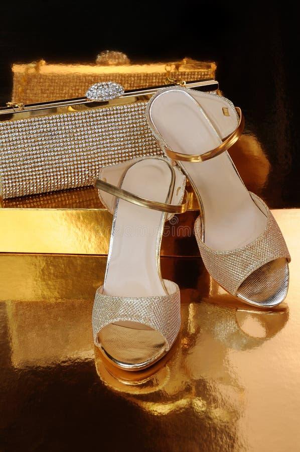Een paar gouden schoenen stock fotografie