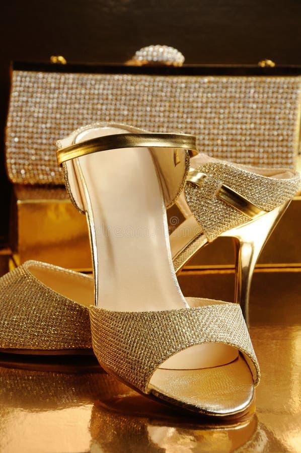 Een paar gouden schoenen royalty-vrije stock afbeelding