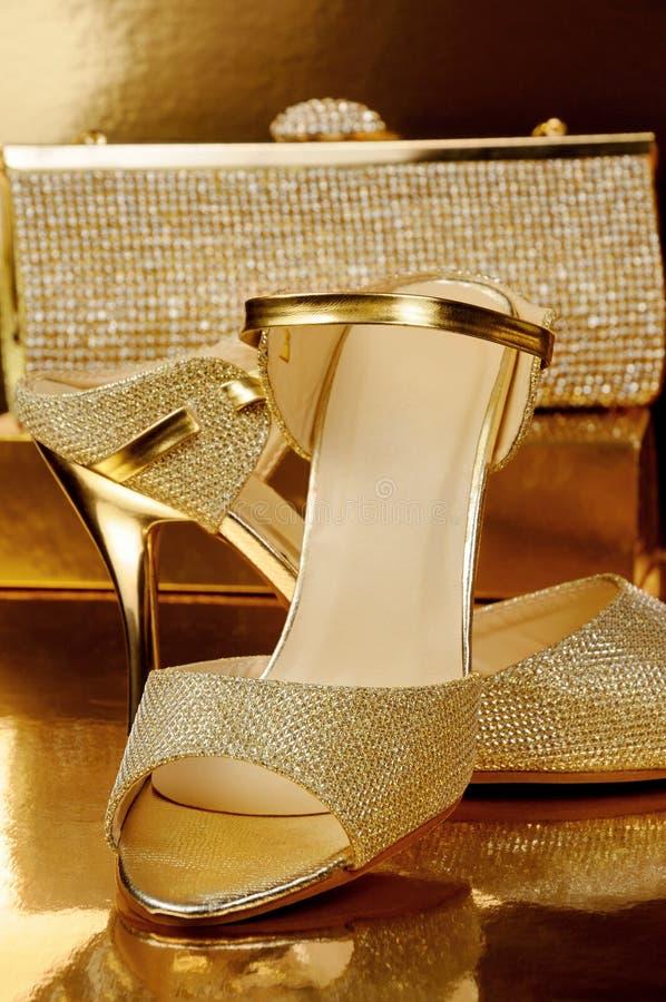 Een paar gouden schoenen stock foto