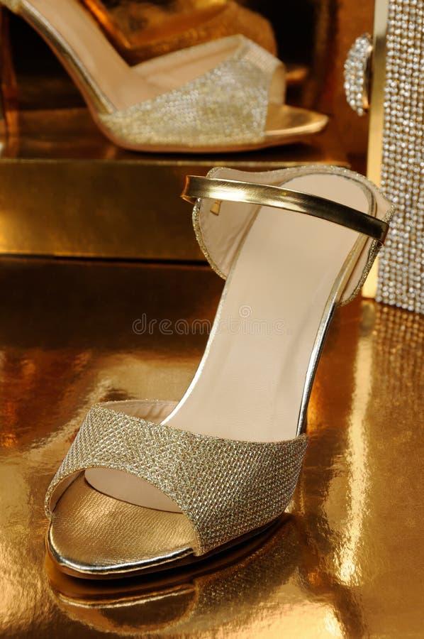 Een paar gouden schoenen royalty-vrije stock foto
