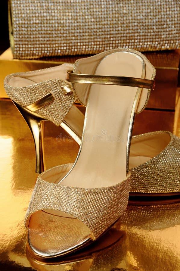 Een paar gouden schoenen stock foto's