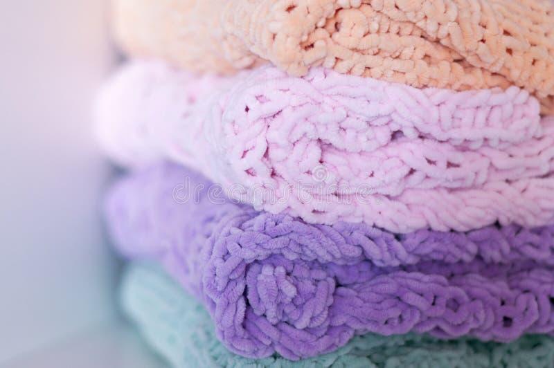 Een paar heldere gekleurde breinaaldenspreien of dekens Comfort, eenvoudige warmte Selectieve nadruk royalty-vrije stock afbeeldingen