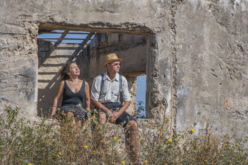 Een paar in het platteland stock foto's