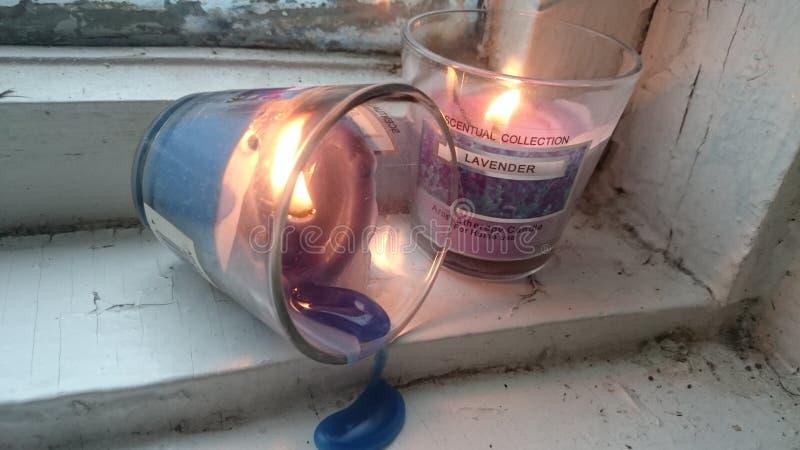 Een paar kaarsen in een glas stock foto's