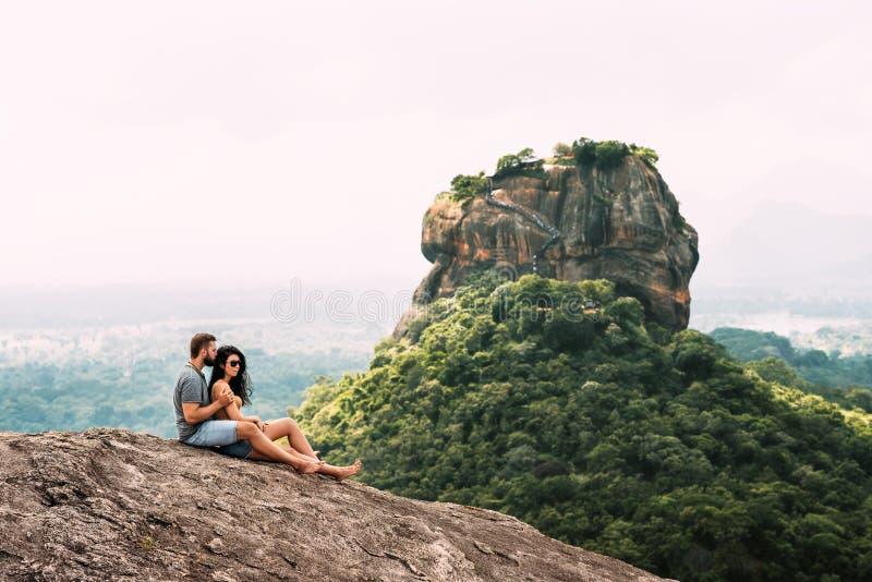 Een paar in liefde die in de bergen reizen royalty-vrije stock afbeelding