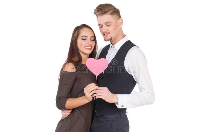 Een paar in liefde die en een klein hart op een stok koesteren houden Het concept relaties Geïsoleerd op wit stock foto's