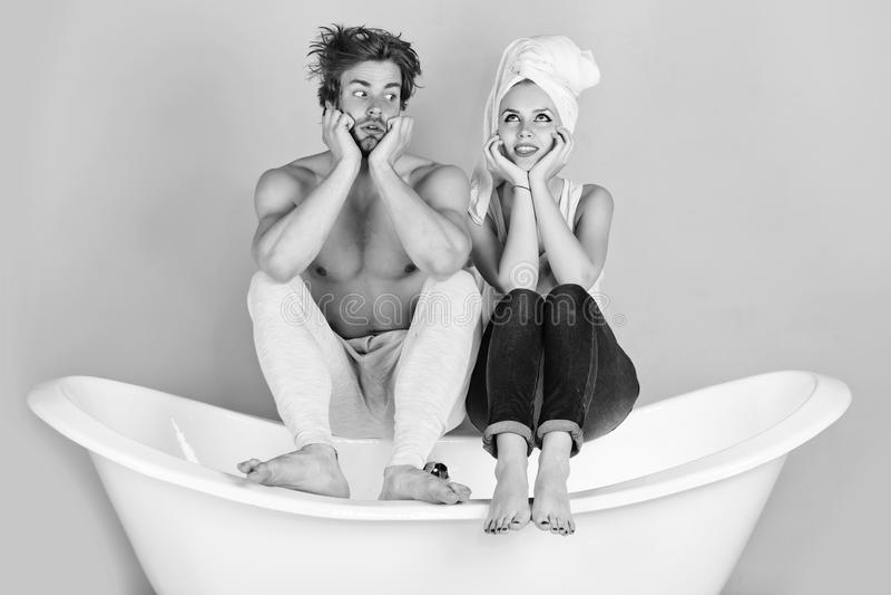 Een paar in liefdedromen over de toekomst jong mooi paar in liefdezitting op bad royalty-vrije stock fotografie