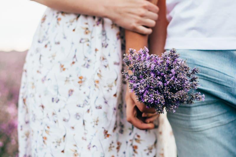 Een paar met lavendelbloemen royalty-vrije stock afbeeldingen