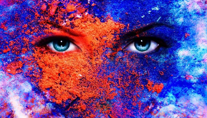 Een paar mooie blauwe vrouwenogen die, het effect van de kleurenaarde, het schilderen collage, violette make-up richten royalty-vrije illustratie