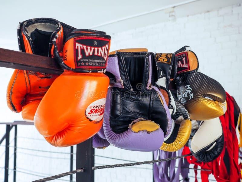 Een paar oude Thaise bokshandschoenen van Muay hangt op de boksring in een in dozen doend koningskamp royalty-vrije stock foto's