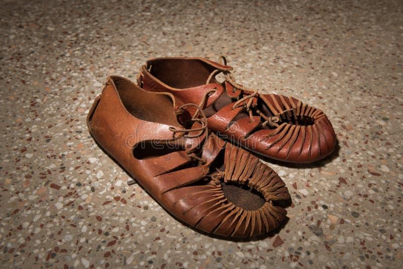 Een paar roman sandals van leer wordt gemaakt dat stock foto