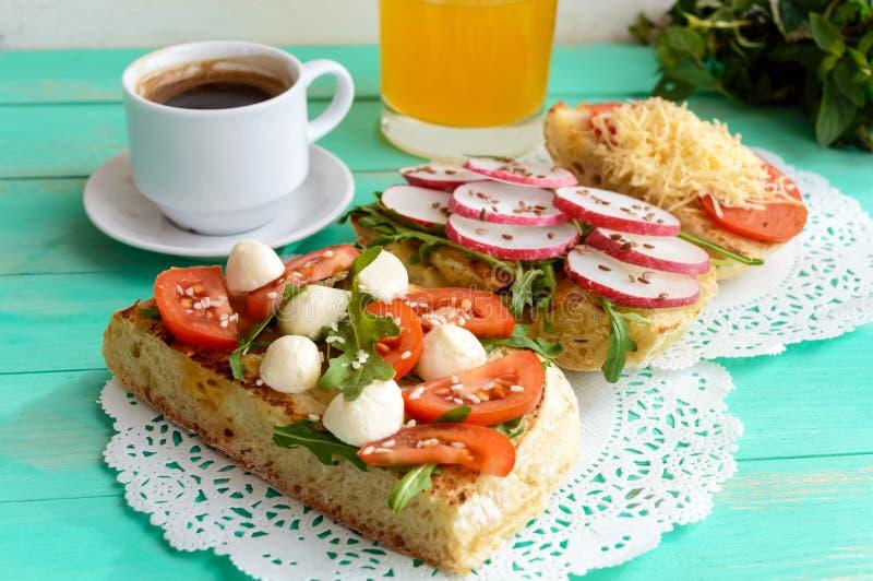 Een paar sandwiches, een verse kop van koffie (espresso), stock foto