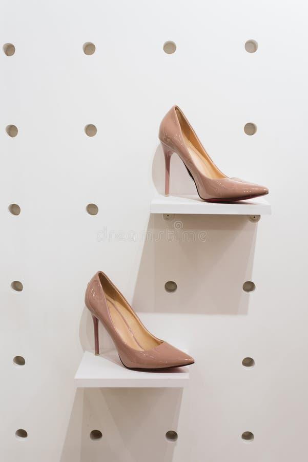 Een paar schoenen op storefront in de opslag stock afbeelding