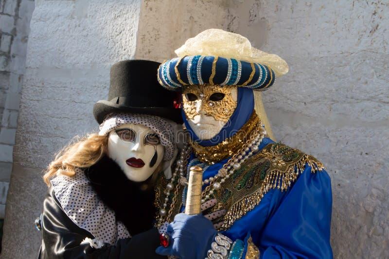 Een paar tijdens Carnaval in Venetië royalty-vrije stock foto
