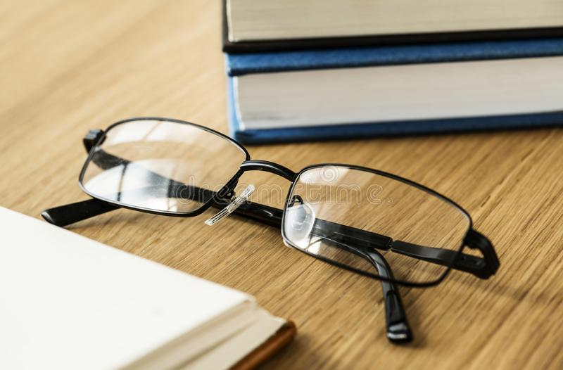 Een paar van glazen en boeken onderwijs, academisch en literair concept royalty-vrije stock foto