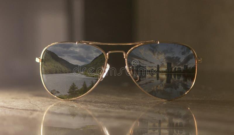 Een paar van gouden metaal en bruine lens klassieke vliegenier royalty-vrije stock foto