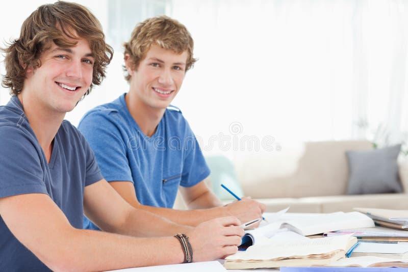 Een paar van het mannelijke studenten glimlachen royalty-vrije stock afbeeldingen