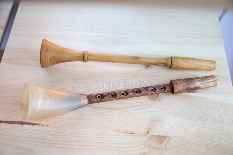 Een paar van muzikale instrumentenhoorn op witte raadsachtergrond Selectieve nadruk royalty-vrije stock afbeelding