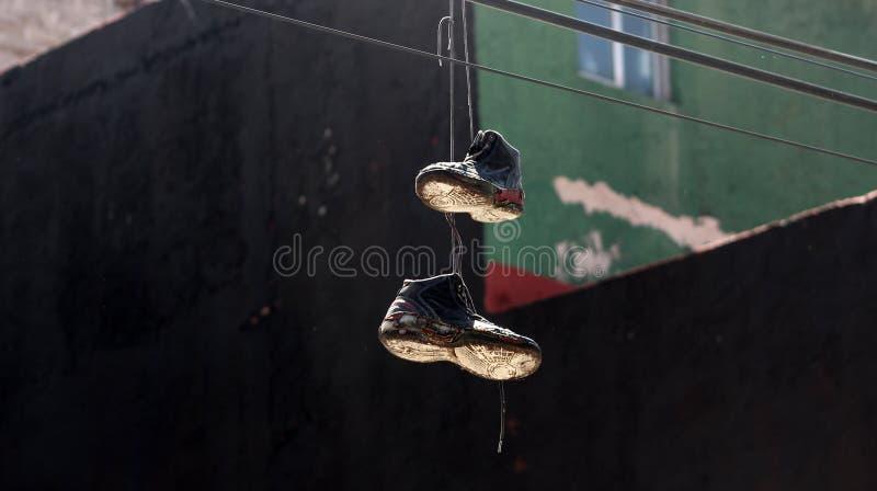 Een paar van schoenen het hangen royalty-vrije stock fotografie