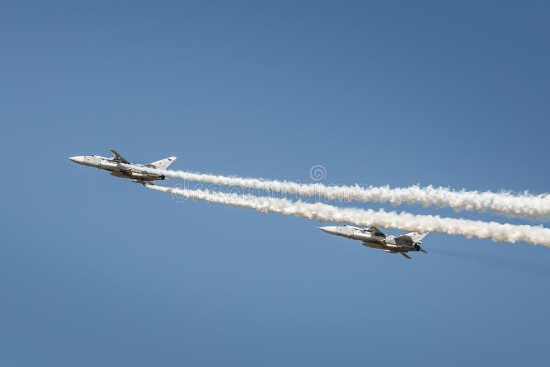 Een paar van su-24 vliegtuigen voert demonstratievluchten in de hemel over een militaire opleidingsgrond uit royalty-vrije stock afbeelding