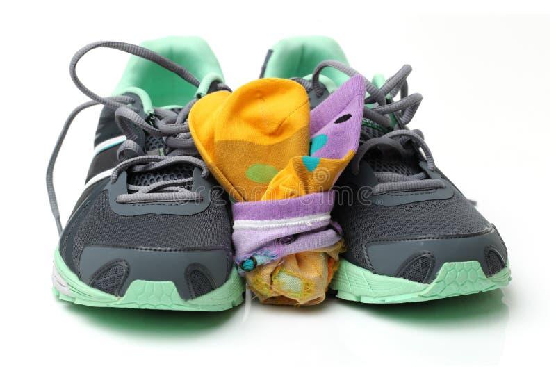 Een paar van zwarte sportenschoenen en sok stock foto