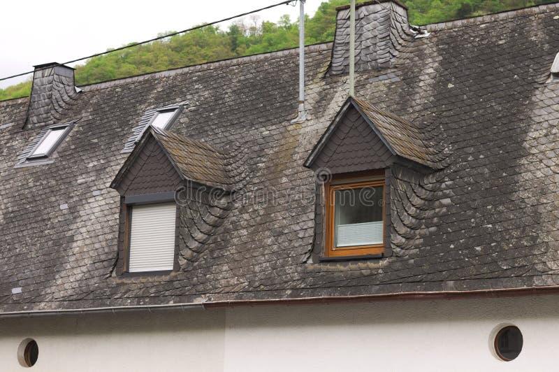 Een paar vensters in een dak met zwart dak betegelt Duitsland stock foto's
