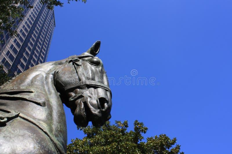 Een paardbeeldhouwwerk in Dallas stock foto's