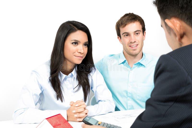 Een paarvergadering met financiële adviseur royalty-vrije stock afbeeldingen
